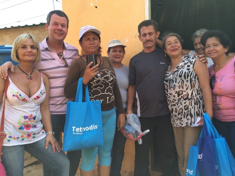 Delivering donated clothes in San Luis, Maracaibo.